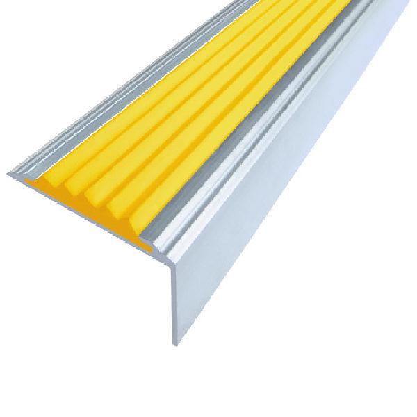 Противоскользящий алюминиевый самоклеющийся угол-порог Стандарт 38 мм 2,7 м желтый
