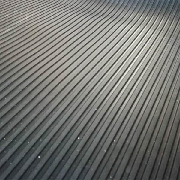 Рулонное резиновое покрытие 4мм, 1.2 м, полосы, черный