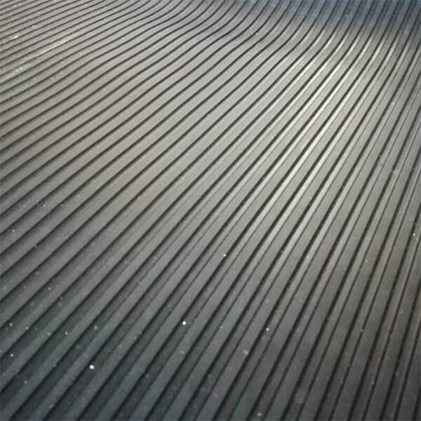 Рулонное резиновое покрытие 4мм, 1м, полосы, черный