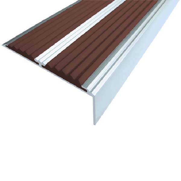Противоскользящий алюминиевый самоклеющийся угол-порог с двумя вставками 68/5.5/22.5, 1,33 м темно-коричневый