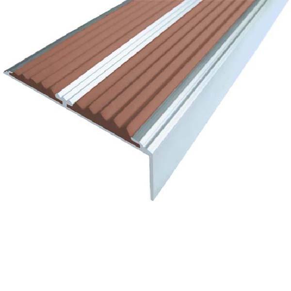 Противоскользящий алюминиевый самоклеющийся угол-порог с двумя вставками 68/5.5/22.5, 1 м коричневый