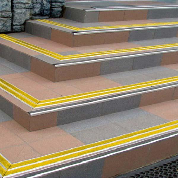 Противоскользящая алюминиевая самоклеющаяся полоса с двумя вставками 70 мм/5,5 мм 1,33 м желтый