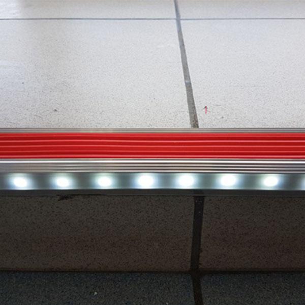 Противоскользящий алюминиевый анодированный угол-порог GlowStep-45 2,0 м голубой, профиль черный