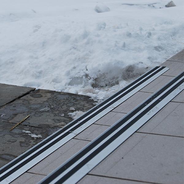 Противоскользящий алюминиевый угол на ступени 1800 мм