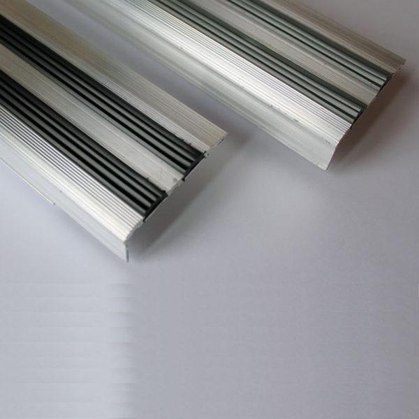 Противоскользящий алюминиевый угол на ступени 900 мм