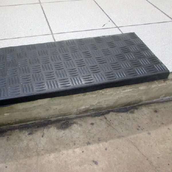 Накладка на ступени резиновая антискользящая 750x330x5 мм