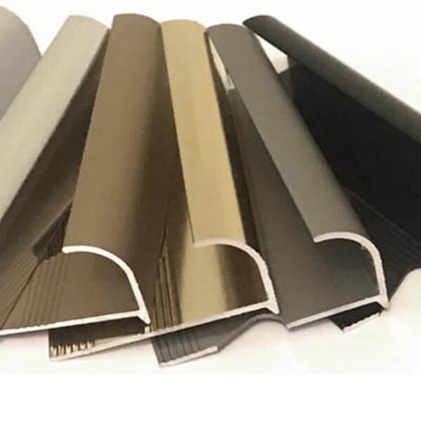Алюминиевый профиль для внешнего угла в четверть круга УВЧ-09-ЧМ черный/матовый